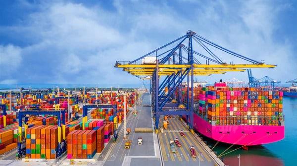 現在の上海港は、コンテナ取扱量が世界一の貿易港です。 従来の管理主体であった上海港務局(SPA: Shanghai Port Authority)は、2003年に、上海市港口管理局(Shanghai Municipal Port Administration Bureau)と上海国際港湾(集団)有限公司(SIPG: Shanghai International Port(Group)Co. Ltd)に別れました。 ① 上海市港口管理局 Shanghai Municipal Port Administration Bureau 上海市港口管理局の業務は、港湾の立法業務、安全確保業務などや情報の統一化をはかる業務を行っています。また、2020年までに上海港を国際的なハブ港とする目標を掲げています。 ② 上海国際港務(集団)有限公司(SIPG) 上海国際港務(集団)有限公司(SIPG)は、上海港の公共バースの全てを運営する会社です。ステベ(Stevedore港湾荷役業者)は、全てSIPGの手配で行っています。また運営の多角化を進め、外資導入の規制を緩和して外資企業との合弁会社を設立しています。
